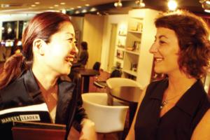 日本人女性と白人女性が目を合わせて会話している